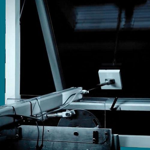 آزمایشگاه ایستاوین ایستاتست در حال انجام آزمون درب و پنجره